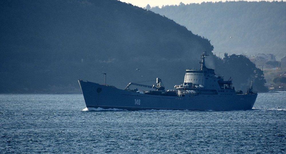 Rus donanmasına ait, 148 borda numaralı Orsk isimli savaş gemisi, Çanakkale Boğazı'ndan geçti.