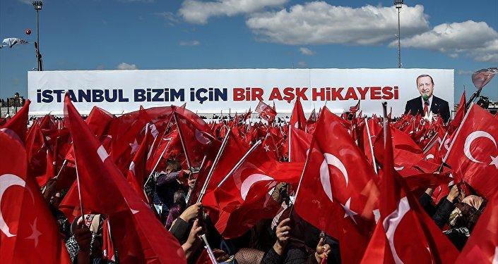 Eski başbakanlardan Tansu Çiller, gazetecilere yaptığı açıklamada, şunları söyledi: Önümüzdeki 4,5 yılı nasıl geçireceğiz meselesi var sadece, istikrarsız bir Türkiye'de kısır döngülerle mi geçireceğiz bunu, yoksa istikrarla çözüme mi yöneleceğiz? Hep birlikte daha büyük bir Türkiye mi? Ben inanıyorum ki bugün, bir hafta sonra sandığa gidilecek ve o sandıkta Türkiye birlik ve beraberlik içinde yine istikrarına sahip çıkacak. Birlikte yürüyüşle Türkiye'yi gelecekteki nesillerin daha güzel Türkiye'sine, daha büyük Türkiyesi'ne birlikte taşıyacağız.