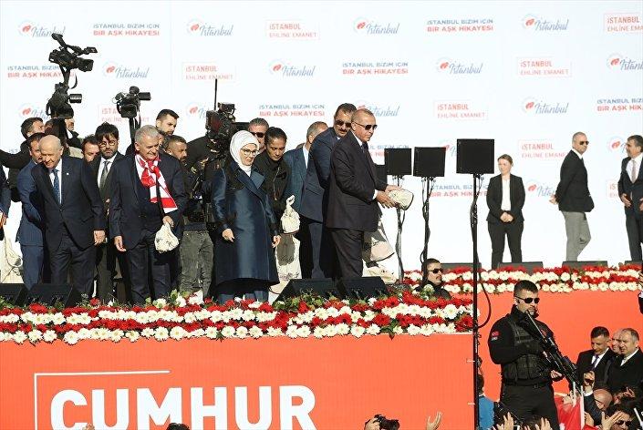 Erdoğan ve Bahçeli miting sonrası vatandaşlara çay dağıttı.
