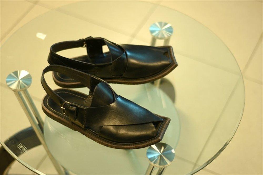 Ünlü Fransız ayakkabı tasarımcısı Christian Louboutin, Pakistan'da genellikle özel günlerde giyilen Peşaver sandaletini (Peshawari chappal) örnek alarak yeni yaptığı sandalet tasarımına İmran sandaleti adını verdi