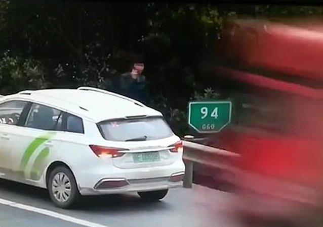 Çin - Bozulan aracını otoyolun kenarına çeken sürücü ölümden saniyelerle kurtuldu