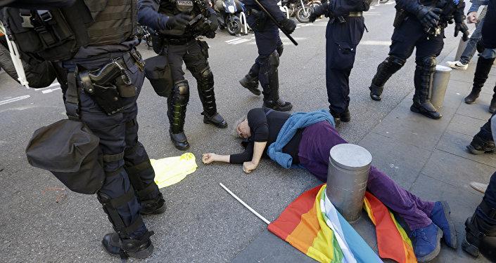 Fransa'nın Nice kentindeki Sarı Yelekler yürüyüşüne polis saldırısı sırasında yere düşen 73 yaşındaki Genevieve Legay'ın burnu ve başından kanlar boşaldı. Ağır durumuna rağmen bilinci açık şekilde hastaneye nakledildi.