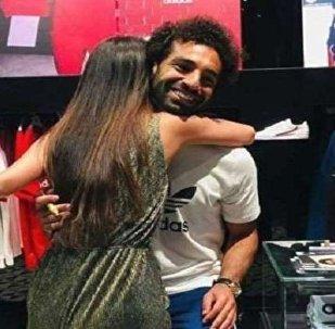 İngiliz polisi Liverpool'un Mısırlı oyuncusu Muhammed Salah'a sarılan Hindistanlı bir kadın