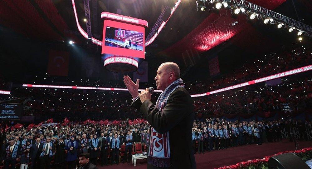 Cumhurbaşkanı Recep Tayyip Erdoğan, İstanbul'da Sinan Erdem Spor Salonu'nda düzenlenen Büyük Trabzonlular Buluşmasına katıldı.
