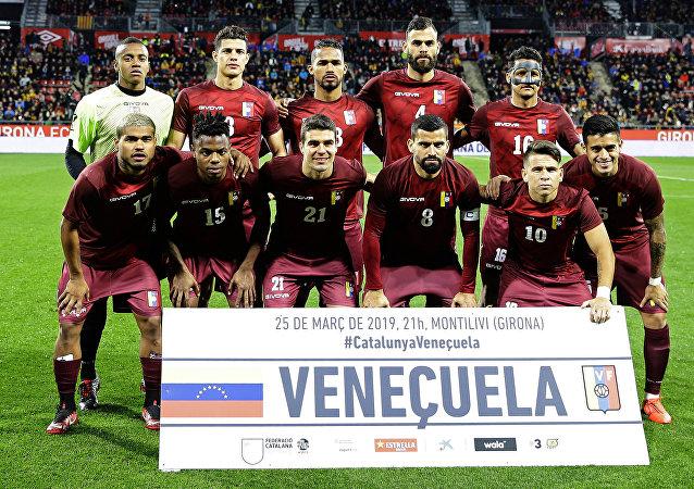 Katalonya ile hazırlık maçı yapan Venezüella Milli Takımı'nın forma yerine üzerine logo ve numara basılmış yürüyüş tişörtleriyle sahaya çıktığı belirtildi.