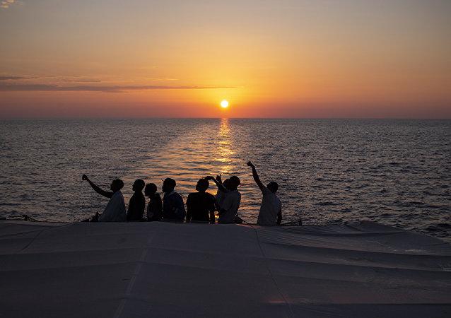 Libya açıklarında kurtarılan göçmenler