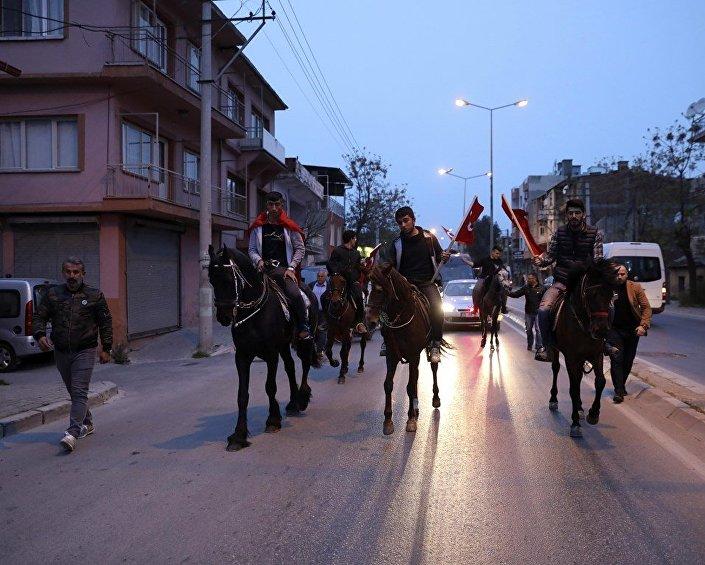Çamdibi'nde meşaleler ve Türk bayrağı taşıyan atlıların eşliğinde, kalabalık tarafından tezahüratlarla karşılanan Zeybekci, Kartal Durağı'nda vatandaşlarla, semt bandosu ve kalabalık tarafından söylenen 'İzmir'in efesi Nihat Zeybekci' sloganları eşliğinde buluştu.