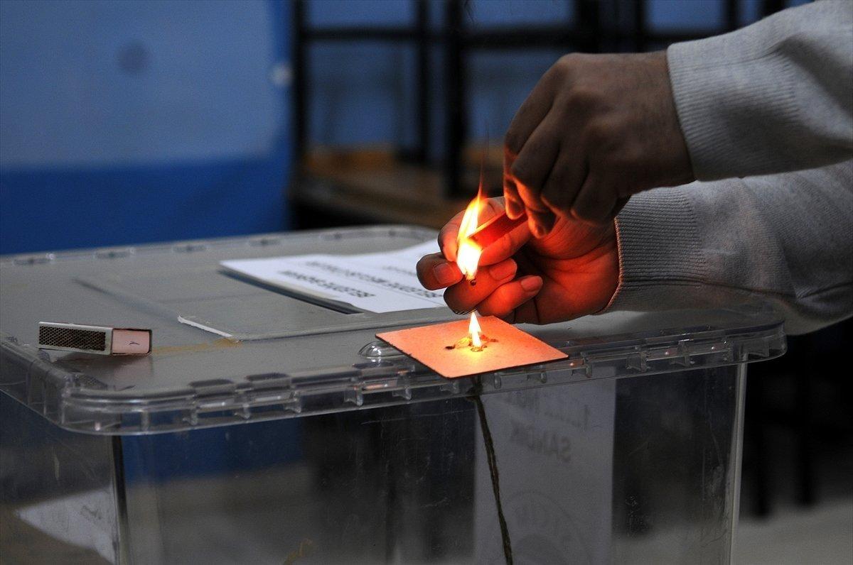 Oy kullanma işlemi öncesi sandık görevlileri yemin etti