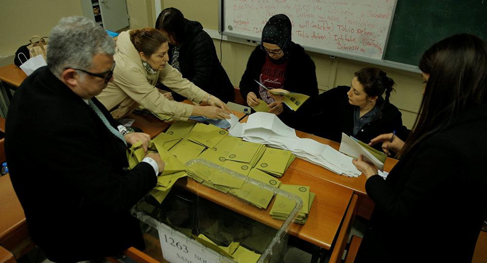 İstanbul'daki seçim sandıklarında oy sayım işlemi