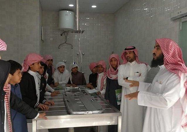Suudi Arabistan'da bir öğretmen, gasilhanede ders verdi