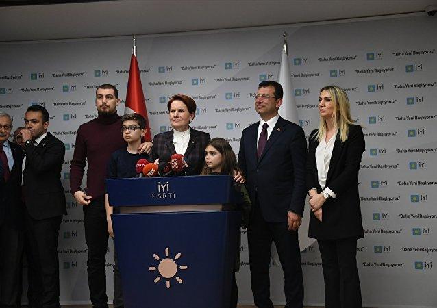 CHP İstanbul Büyükşehir Belediye Başkan Adayı Ekrem İmamoğlu, eşi Dilek İmamoğlu ve çocuklarıyla birlikte İYİ Parti Genel Başkanı Meral Akşener'i İYİ Parti Genel Merkezi'nde ziyaret etti. İmamoğlu ve Akşener, görüşmenin ardından gazetecilere açıklamalarda bulundu.
