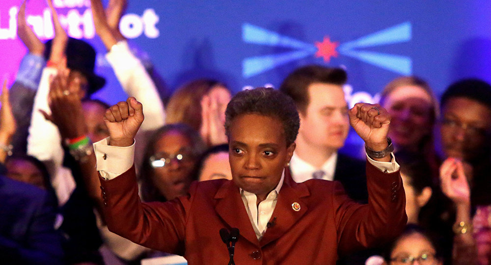 Eski federal savcı Lori Lightfoot, ABD'nin 3. büyük kenti Chicago'nun hem ilk siyah kadın hem de ilk açıkça eşcinsel belediye başkanı oldu. Lightfoot, ezici zaferini taraftarlarıyla birlikte kutladı.
