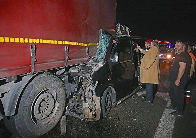 Anadolu Otoyolu'nun Düzce kesiminde tır ile minibüsün çarpışması sonucu 5 kişi öldü, 2'si çocuk 5 kişi yaralandı.