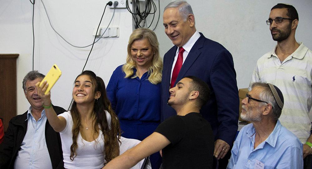 Sara-Benyamin Netanyahu çifti oy kullandıkları seçim merkezinde gençlerle selfie çektirdi.
