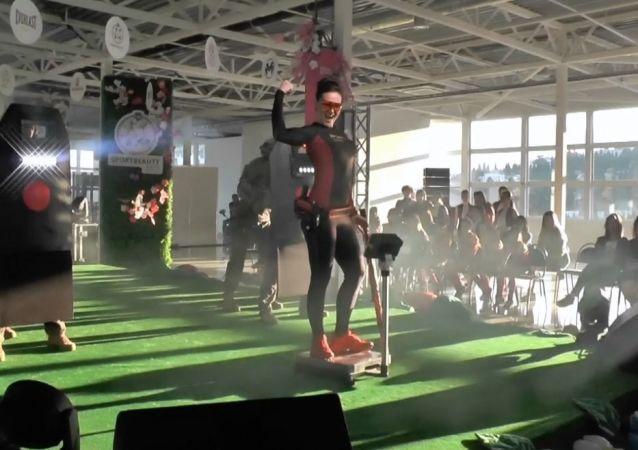 Kırım'da güç sporlarında başarılı olan kadın sporcular güzelliklerini yarıştırdı