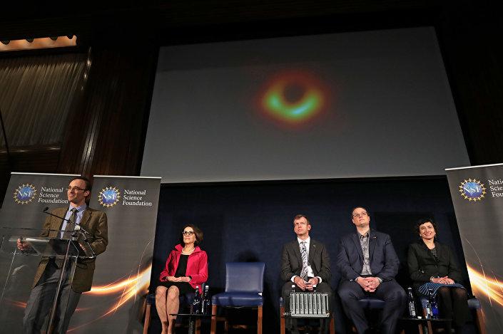 Brüksel'de düzenlenen basın toplantısında konuşan Avrupa Birliği (AB) Komisyonu Araştırma, Bilim ve İnovasyondan Sorumlu Üyesi Carlos Moedas, kara delik görüntüsünün insanlık için büyük bir bilimsel buluş olduğunu söyledi. Bilim tarihinin 'bu görüntü öncesi ve sonrası' olarak ikiye ayrılacağını belirten Moedas, Bu projeye katkı sağladığı için Avrupa'yla gurur duyuyorum dedi.