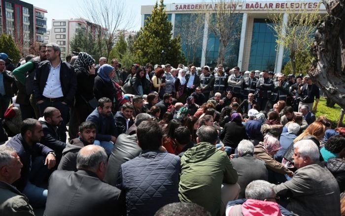Bağlar Belediyesi'nin önünde protesto: 'YSK seçme ve seçilme hakkımızı elimizden aldı'