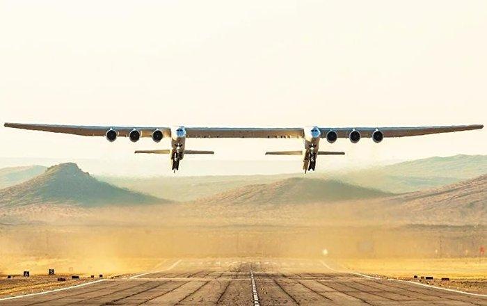 Stratolaunch Systems şirketinin geliştirdiği çift gövdeli ve 6 motorlu uçağın bugün gerçekleştirdiği ilk uçuşunun videosu yayınlandı.