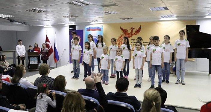 """Rusya Bilim ve Kültür Merkezi, Rusya-Türkiye Karşılıklı Kültür ve Turizm Yılı kapsamında """"Jar-Ptitsa"""" (Ateş Kuşu) adlı çocuk, gençlik ve öğrenci sanat festivaline ev sahipliği yaptı."""