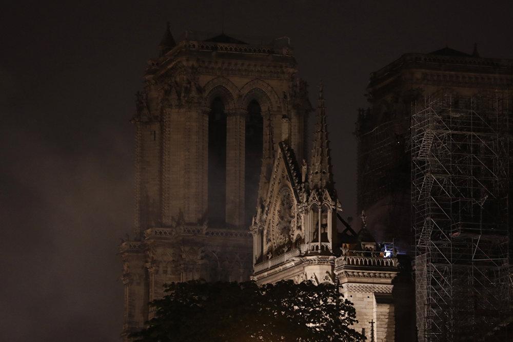Fransa İçişleri Bakanı Laurent Nunez, yaptığı açıklamada, Yangının yoğunluğu azaldı. Notre Dame'ın ana yapısı ve özellikle kuzey çan kulesinin kurtarıldığını düşünebilirsiniz dedi. Nunez, yangının nedeninin henüz bilinmediğini kaydetti.