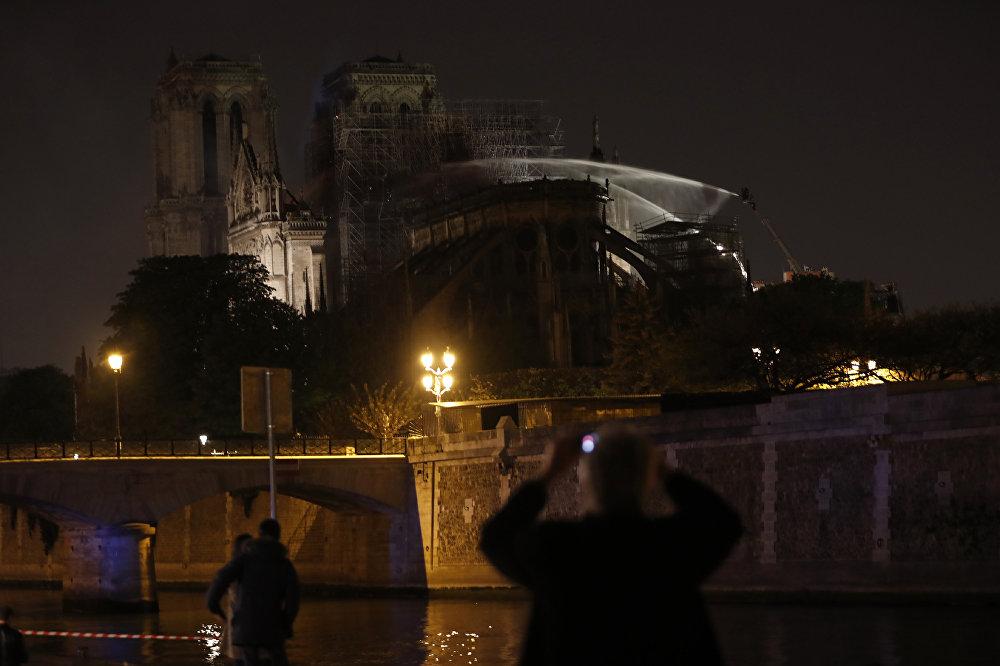Fransız İtfaiyesi'nden yapılan açıklamada da Notre Dame Katedrali'nin ana yapısının 'kurtarıldığı ve korunduğu' belirtildi.