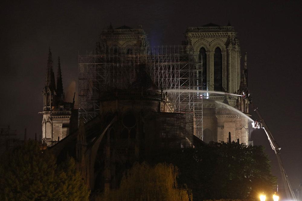Paris Savcılığı'ndan yapılan açıklamada ise katedralin, 'yangınla istemsiz şekilde yıkılması' gerekçesiyle soruşturma başlatıldığı, soruşturmanın adli polis tarafından yürütüleceği bildirildi.
