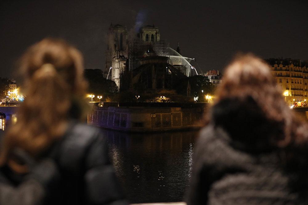 Notre Dame Katedrali Sözcüsü Andre Finot, Her şey yanıyor, 19. yüzyıldan, 13. yüzyıldan kalan her yer yanıyor, hiçbir şey kalmayacak açıklamasını yaptı.