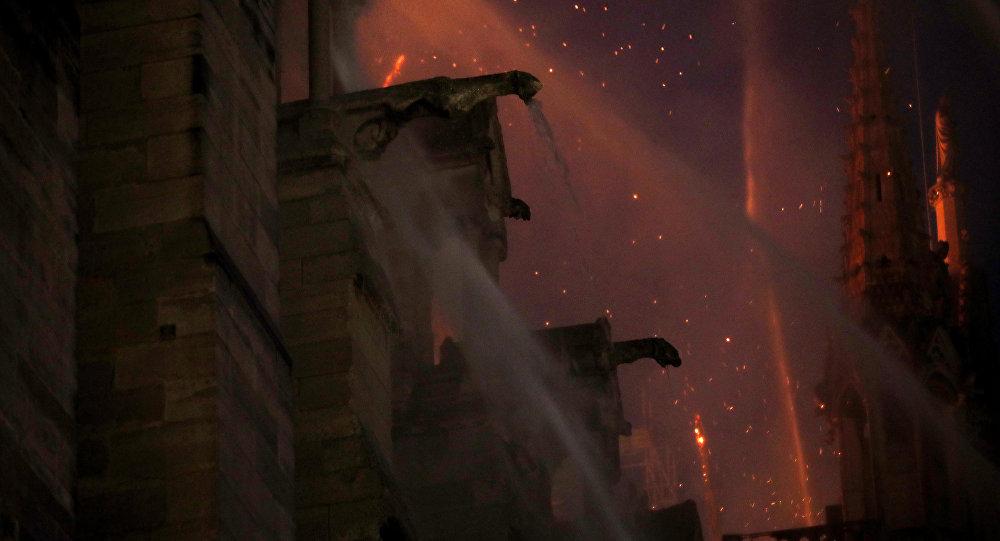 Notre Dame Katedrali'ndeki yangın sırasında, Victor Hugo'nun 'Notre Dame'ın Kamburu' romanında gargoyle heykelleri aşağıya ateş yağmurları kusuyordu  diye tasvir ettiği yangın sahnesi de akıllara geldi.