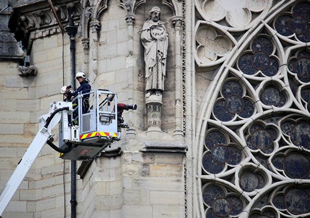 Paris'in Notre Dame Katedrali'nde yerel saatle 18.30 sularında başlayan yangını sabaha karşı söndüren itfaiyeciler en önemli eserleri kurtarmayı başardı.