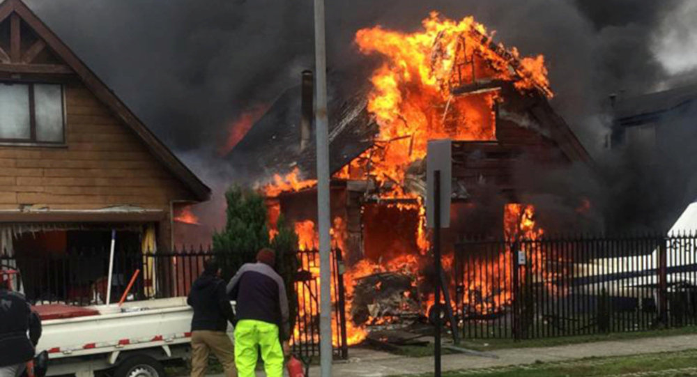 Şili'de bir evin üzerine küçük bir uçağın düşmesi sonucu uçakta bulunan 6 kişi hayatını kaybetti. ile ilgili görsel sonucu