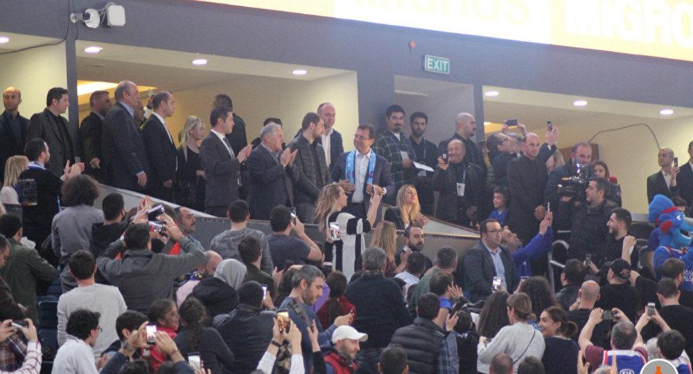 İBB Başkanlığı koltuğuna oturan İmamoğlu, Anadolu Efes-Barcelona maçında
