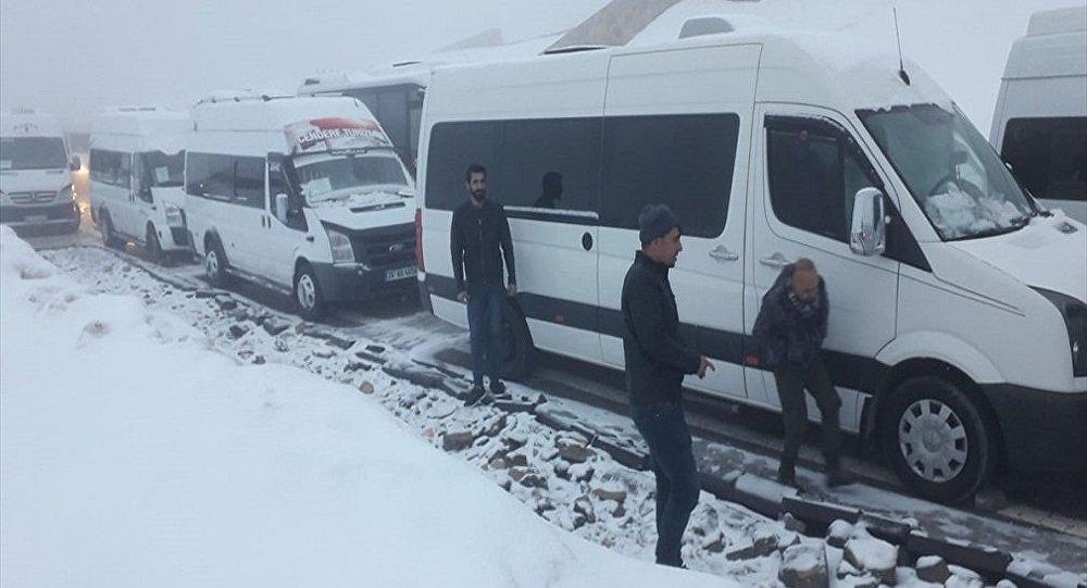 Adıyaman'ın Kahta ilçesindeki Nemrut Dağı'nda kar ve tipi nedeniyle mahsur kalan turistler 5 saat süren çalışmayla kurtarıldı.