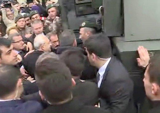 Ardından Kılıçdaroğlu zırhlı araçla evden çıkarıldı.