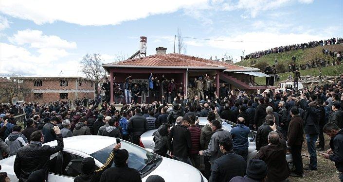 Emniyet Genel Müdürü Celal Uzunkaya ve köyün ileri gelenleri de ellerindeki megafonlarla gruptakileri sakinleştirmeye çalıştı.