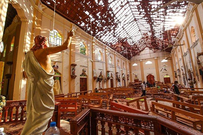 Paskalya ayinlerinin düzenlendiği Kochchikade'de St. Anthony's, Katana'da St.Sebastian ve Batticaloa'da bir kilise ile başkent Colombo'da beş yıldızlı Shangri-La, Cinnamon Grand ve Kingsbury otelleri 6 saldırının hedefi oldu.
