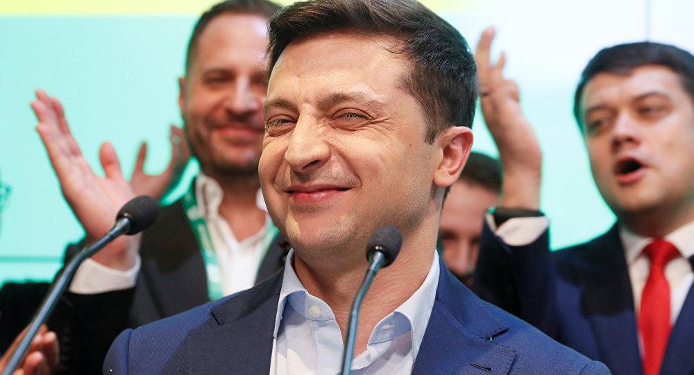 Vladimir Zelenskiy seçim zaferini kutlarken