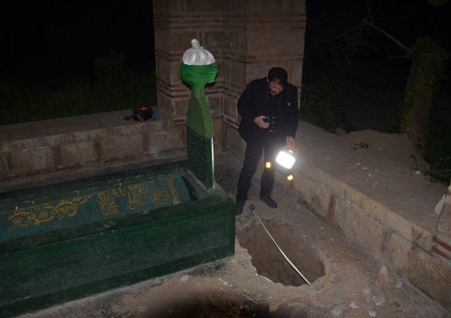 Bursa'nın İznik ilçesinde tarihi ve Sarı Saltuka ait olduğuna inanılan türbenin bahçesinde kaçak kazı yapıldığı iddiasıyla ilgili inceleme başlatıldı.