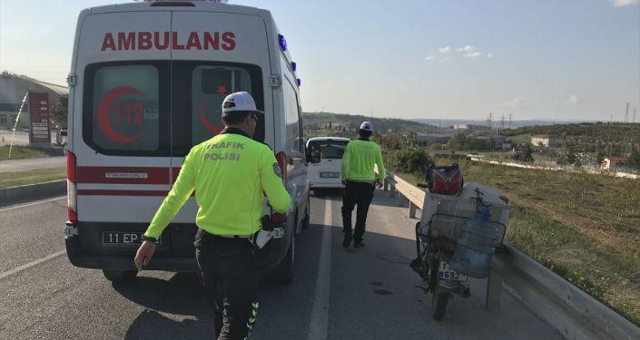 Bilecik'te bir motosiklet sürücüsü, hasarlı kazaya karıştıktan 3 saat sonra geçirdiği ikinci kazada yaralandı.