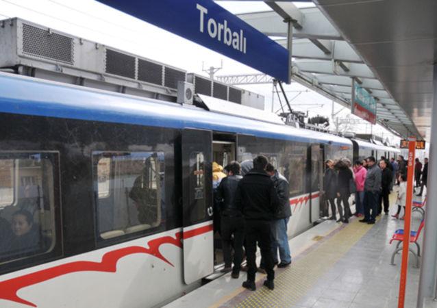 İzmir Büyükşehir Belediyesi Başkanı Tunç Soyer başlattığı uygulamayla İzmir'de toplu ulaşım ücretlerini günün iki saatinde yarı yarıya indirdi. Buna göre İzmirliler 06.00 – 07.00 ile 19.00 – 20.00 saatleri arasında yarı yarıya indirimli seyahat edecek.