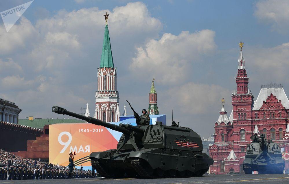 Msta-S kendinden tahrikli öbüs tankı, askeri geçit töreninin genel provası sırasında.
