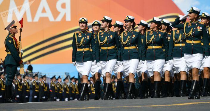 Rusya Savunma Bakanlığı'nda görev yapan kadın askerler, Kızıl Meydan'daki Zafer Günü askeri geçit töreninin genel provası sırasında.