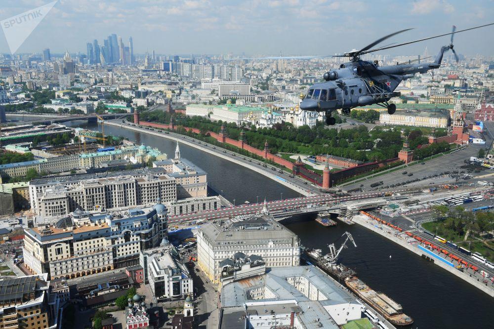 Zafer Günü askeri geçit töreni genel provası sırasında Moskova semalarında uçuş yapan çok amaçlı Mi-8 helikopteri.
