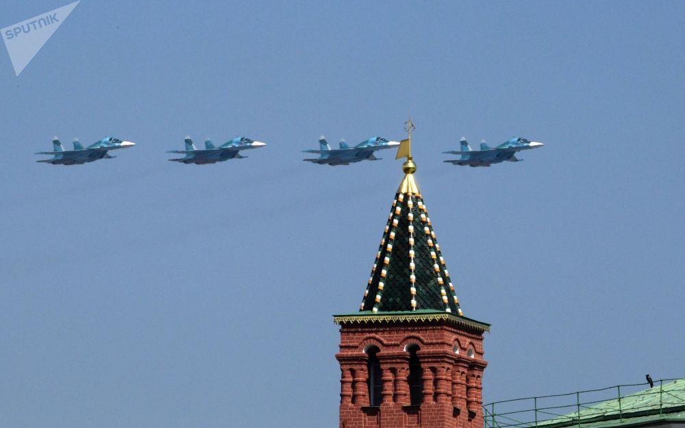 Başkent Moskova'daki Kızıl Meydan'da yapılan 9 Mayıs Zafer Geçidi'nin genel provasına katılan Su-34 çok fonskiyonlu avcı-bombardıman uçakları.
