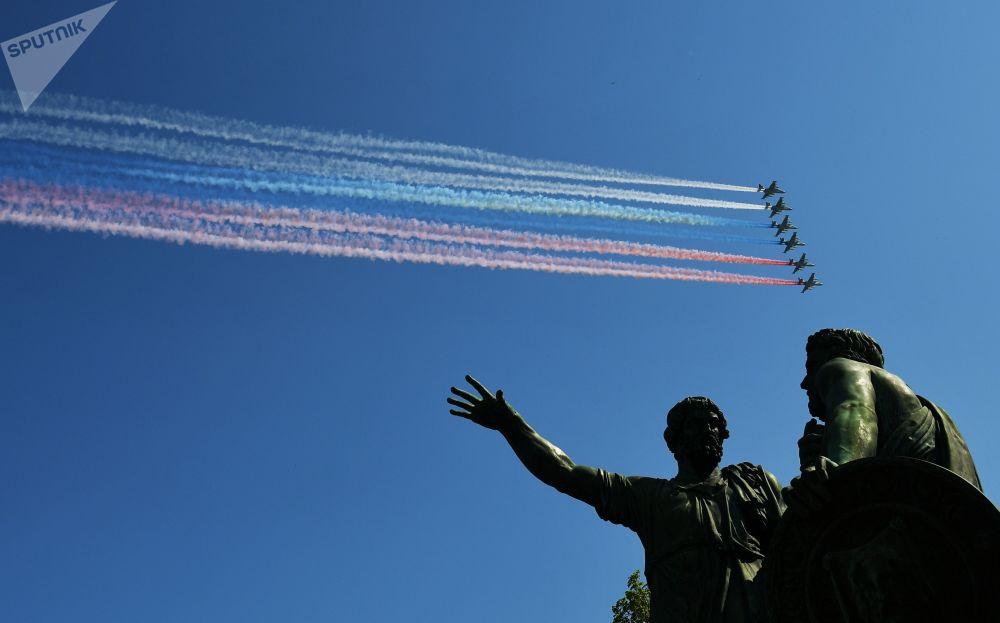 Başkent Moskova'daki Kızıl Meydan'da yapılan 9 Mayıs Zafer Geçidi'nin genel provasına katılan Su-25 BM tipi taarruz uçakları.