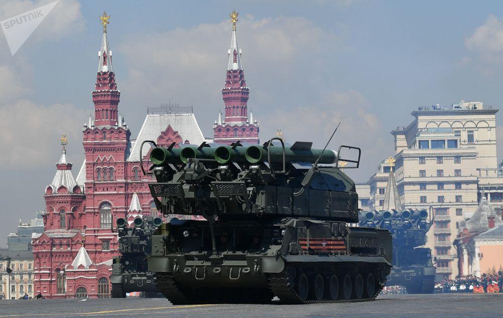 Başkent Moskova'daki Kızıl Meydan'da yapılan 9 Mayıs Zafer Geçidi'nin genel provasına katılan Buk-M2 hava savunma sistemi.