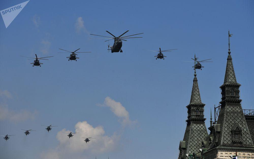 9 Mayıs askeri geçit töreninin genel provası sırasında Moskova semalarında gösteri uçuşu gerçekleştiren  çok amaçlı ağır nakliye helikopteri Mi-26, çok amaçlı Mi-8AMTŞ helikopterleri (önde), ve Mi-28N Gece Avcısı taarruz helikopterleri (arka planda).