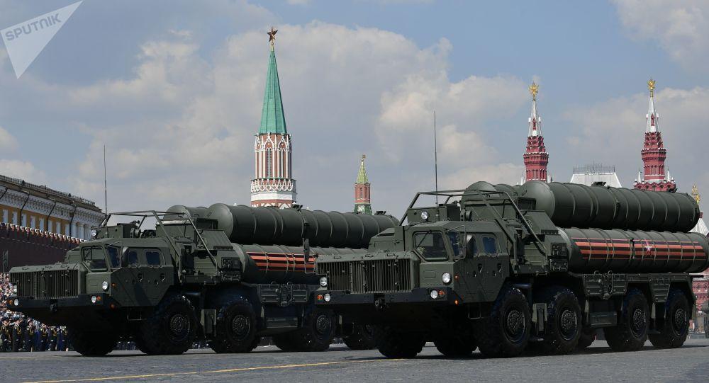 Moskova'da düzenlenen  Zafer Günü askeri geçit töreni genel provasına katılan S-400 Triumf hava savunma sistemleri.