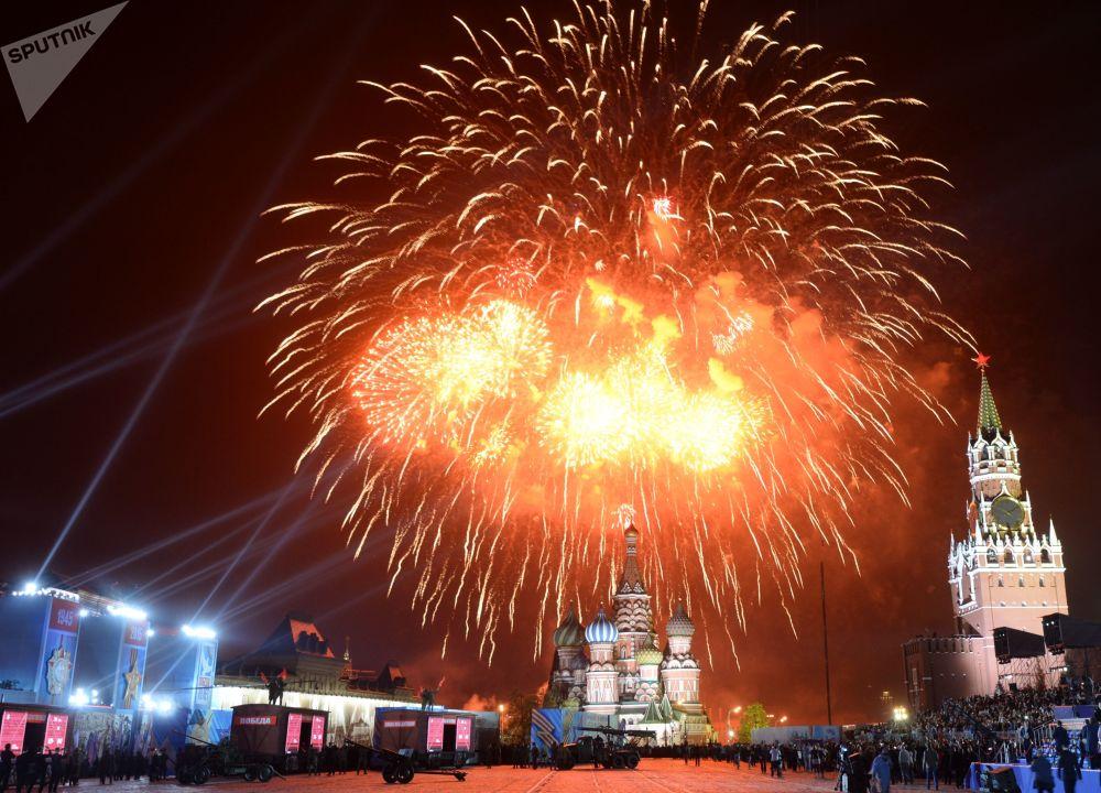 Zafer Günü'nün  70. yıldönümü nedeniyle Kızıl Meydan'da düzenlenen havai fişek gösterisi, 2015 yılı.