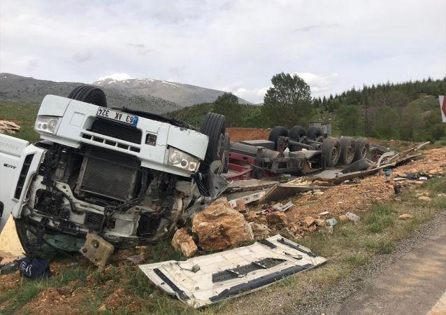 Malatya'nın Doğanşehir ilçesinde devrilen tırın şoförü kazadan yara almadan kurtuldu.