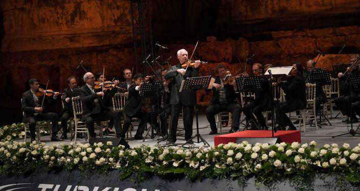 """Türk-Rus Klasik Müzik Festivali'nin açılış gecesinde, Rusya'nın en önemli ödüllerinden biri olan 'Ulusal Kültür Mirası' ödülüne sahip olan Moskova Virtüözleri Oda Orkestrası  Şefi Vladimir Spivakov  """"Büyük bir geleneği devam ettiriyoruz. Bu gelenek yüzden fazla yıl önce Rusya'nın çok saygı duyduğu büyük vizyon sahibi bir adam tarafından başlatıldı. Büyük bir vizyona sahipti ve o Atatürk'tü. O zamanlar Sovyetler Birliği'nin çok iyi bir dostuydu. Yüz yıldan fazla bir süre önce, Atatürk, Dmitri Şostakoviç ve David Oistrakh'ı Türkiye'ye davet etmişti. Yüzden fazla bir yıl sonra biz hala bu mükemmel müzik yapma fikrini devam ettiriyoruz. Çünkü müzik aşktır. Müzik saldırganlık değil, güzelliktir"""" dedi."""